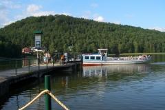 S loděmi se dostanete na různá místa Máchova jezera